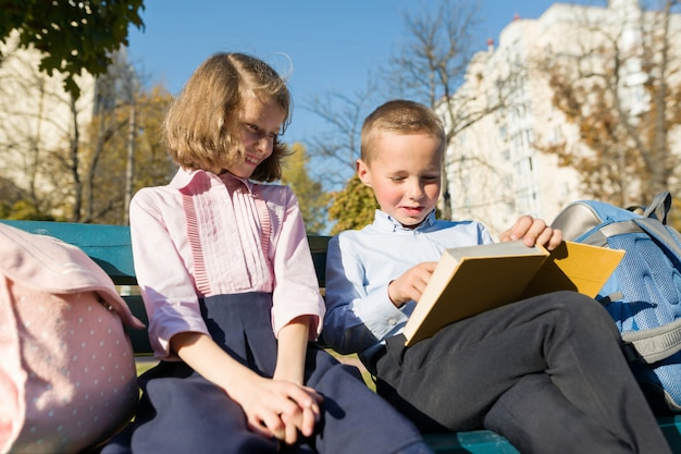 Libro di lettura degli scolari della ragazza e del ragazzino