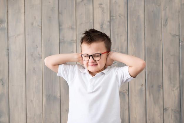 Ragazzino con gli occhiali che soffrono di dolore all'orecchio