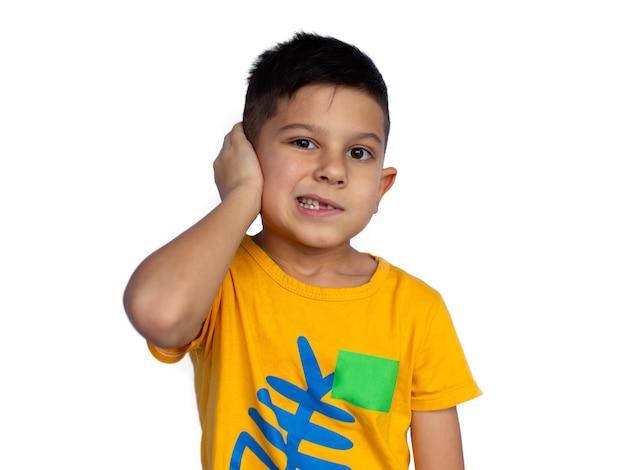 Il ragazzino tiene il suo orecchio