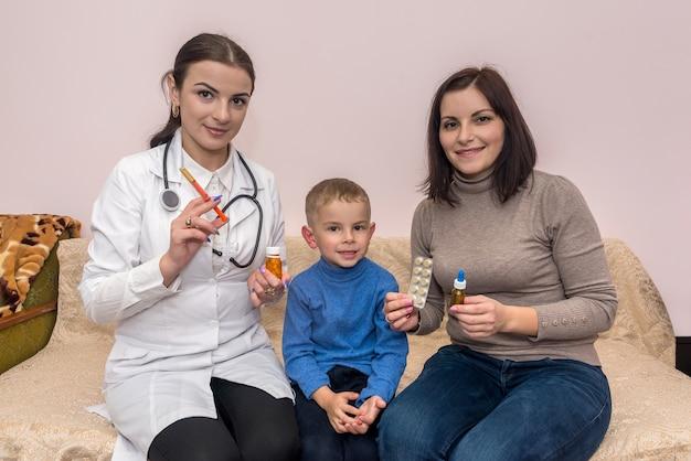 Little boy paziente con madre e pediatra in ospedale