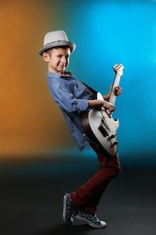 Little boy a suonare la chitarra