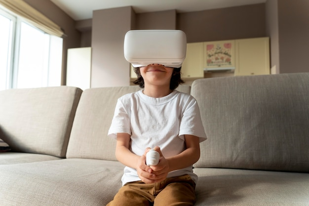 Ragazzino che gioca a un gioco di realtà virtuale
