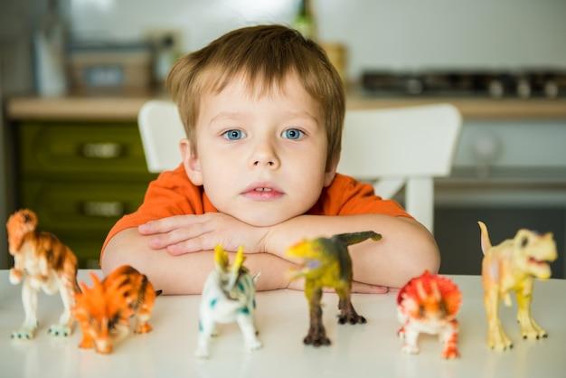 Ragazzino che gioca con i dinosauri