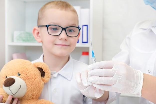 Ragazzino che riceve la vaccinazione presso la clinica