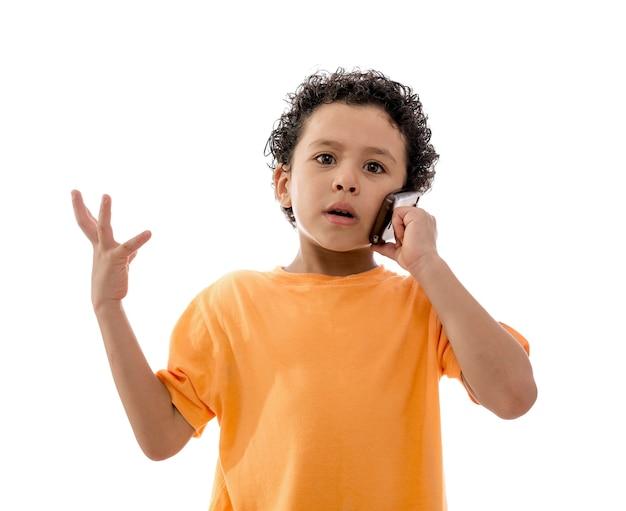 Little boy in una telefonata seria su sfondo bianco