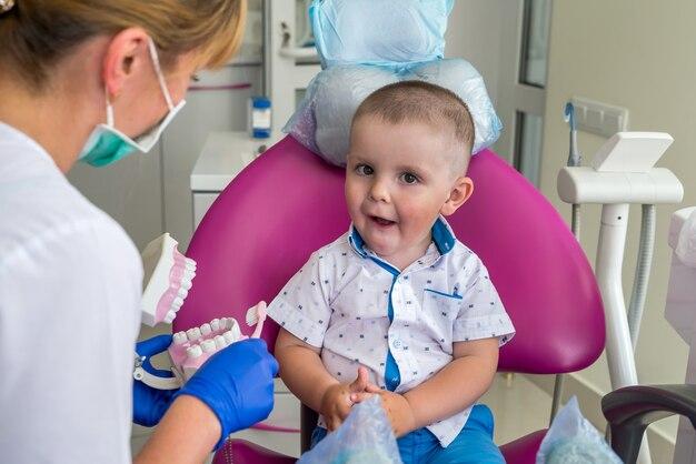 Ragazzino che mostra i suoi denti a un medico