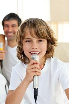 Ragazzino che canta con un microfono