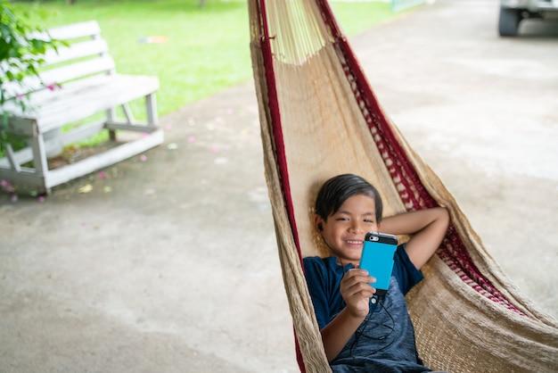 Il ragazzino seduto sull'amaca e lui così felice