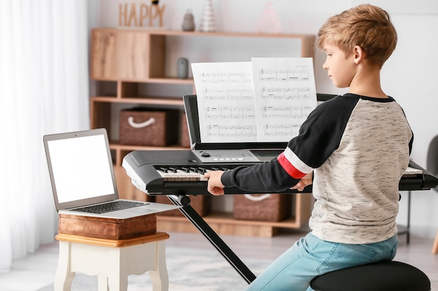 Ragazzino che prende lezioni di musica in linea a casa