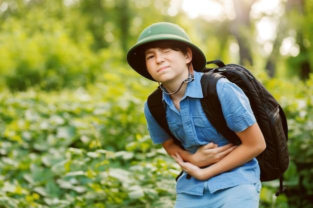 Viaggiatore ragazzino che soffre di mal di stomaco
