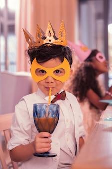 Ragazzino che indossa maschera carina mentre era alla festa di compleanno