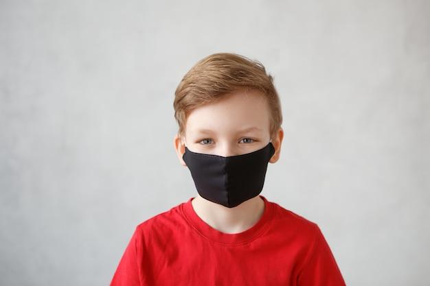 Ragazzino che indossa una maschera contro il coronavirus
