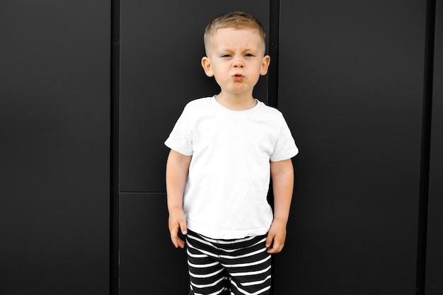 Ragazzino in maglietta bianca. spazio per il tuo logo o design. mockup per la stampa