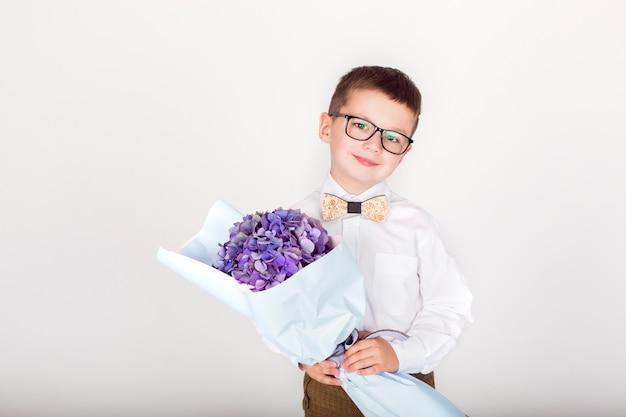 Ragazzino con bouquet floreale e bicchieri
