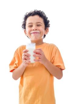 Ragazzino con un bicchiere di latte