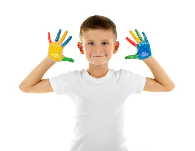 Ragazzino con le mani in vernice, isolato su bianco