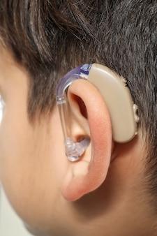 Ragazzino con apparecchio acustico, primo piano