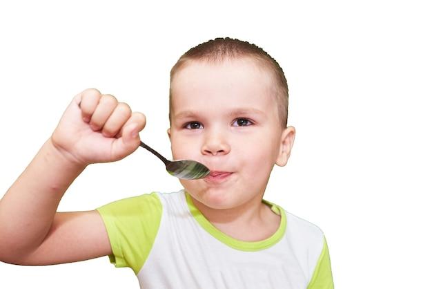 Ragazzino con il cucchiaio in mano