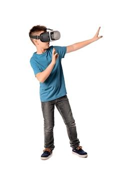 Ragazzino con gli occhiali per realtà virtuale