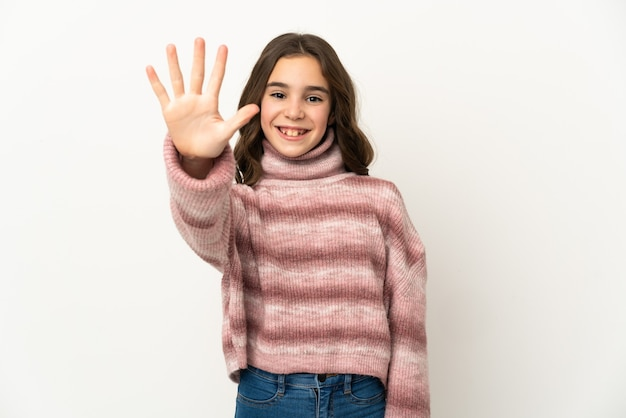 Piccola ragazza caucasica isolata contando cinque con le dita