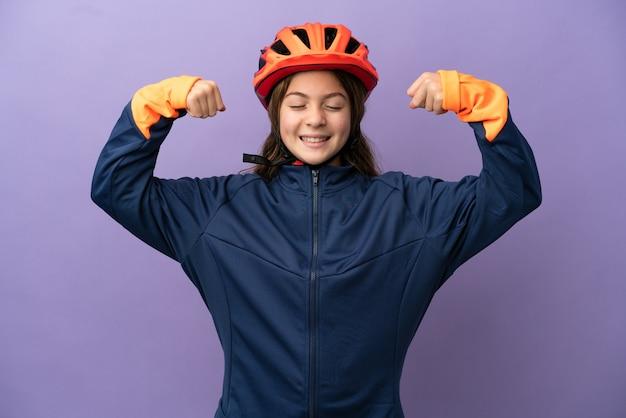 Piccola ragazza caucasica isolata su sfondo viola che fa un gesto forte