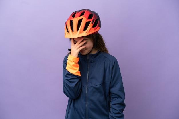 Piccola ragazza caucasica isolata su sfondo viola che ride