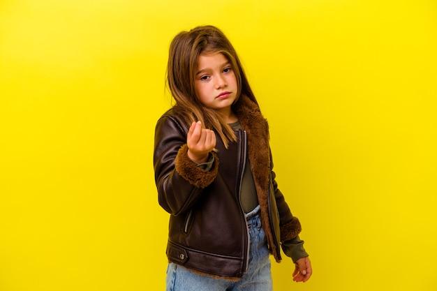 Piccola ragazza caucasica isolata sulla rappresentazione gialla che non ha soldi.