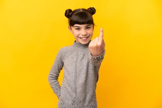 Piccola ragazza caucasica isolata sulla parete gialla che fa gesto venente