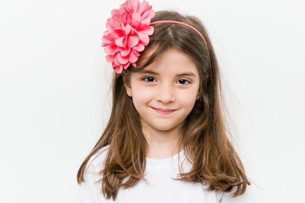 Piccola ragazza caucasica con costume e accessori divertendosi