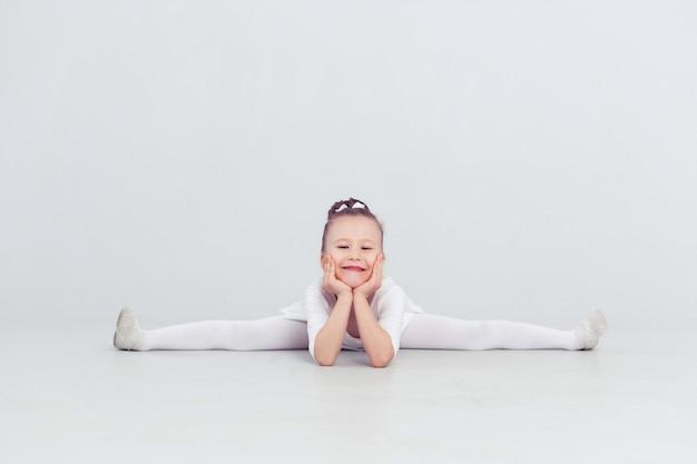 Bambina bambina danza balletto a sfondo bianco ritratto di piccola ballerina sorridente
