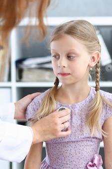 Piccolo bambino alla reception del pediatra. appuntamento per l'esame fisico, ritratto di un bambino carino, aiuto per il bambino, stile di vita sano, giro del reparto, malattia infantile, test clinico, concetto di alta qualità e fiducia