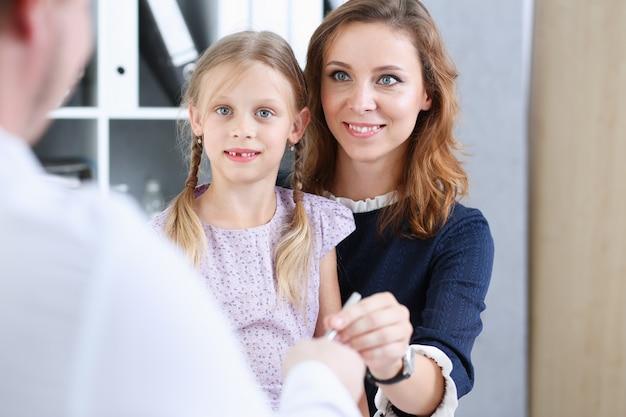 Piccolo bambino con la madre alla reception del pediatra.