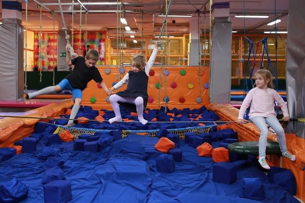 Piccoli bambini che si divertono sul trampolino per bambini