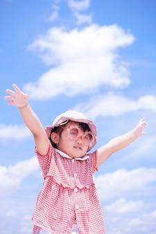 I bambini alzano le braccia al cielo
