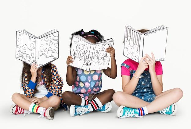 Piccoli bambini che leggono libri di storia