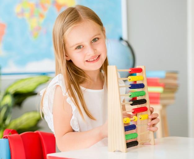 Poco conta sull'abaco colorato nell'aula della scuola