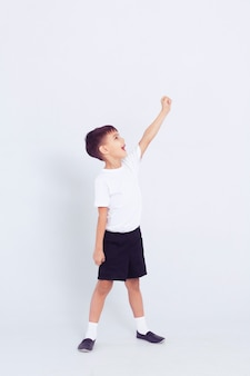 Piccolo bambino carino in forma di danza bianca su sfondo bianco