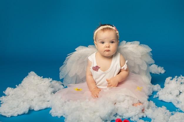 Piccoli angeli ragazza carina su sfondo blu per san valentino