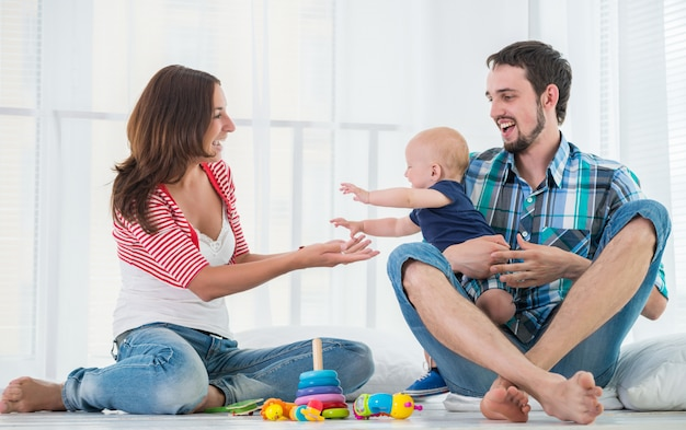 Piccolo bambino di sei mesi carino con i genitori