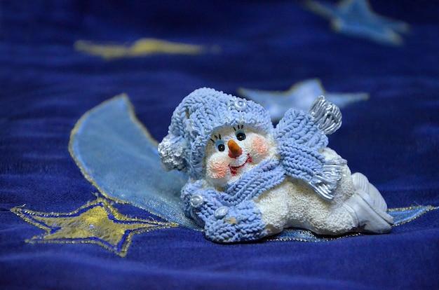 Piccola decorazione natalizia di pupazzo di neve carina fatta di primo piano in ceramica