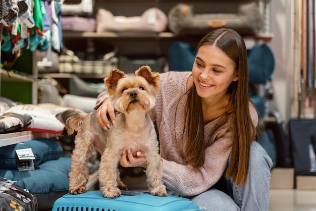Piccolo cane al negozio di animali con il proprietario