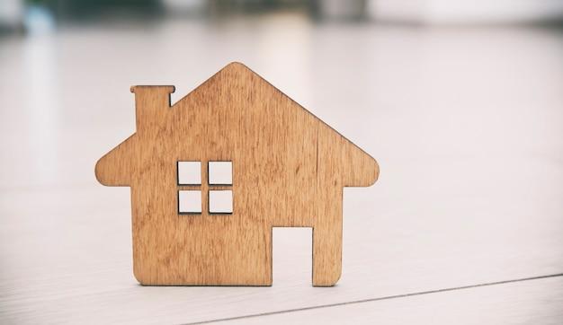 Una casetta di legno piatta giace sul pavimento in parquet