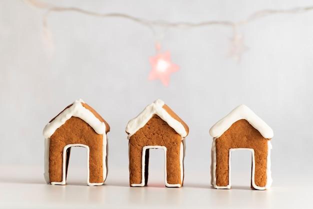 Piccole case di marzapane e ghirlanda sullo sfondo. cottura natalizia
