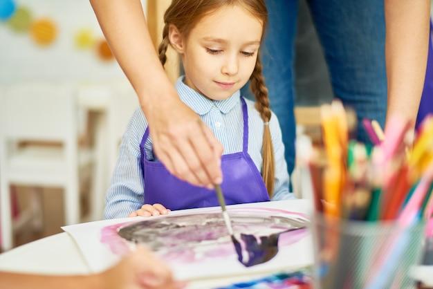 Bambina in classe d'arte