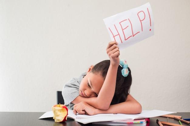 Bambina che chiede aiuto con un foglio di carta