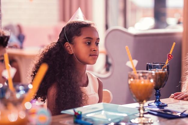 Bambina che partecipa alla festa di compleanno della sua amica