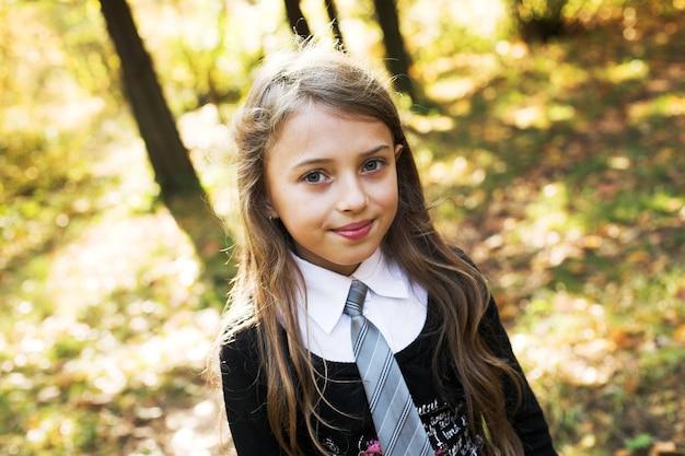 Bambina nella sosta di autunno