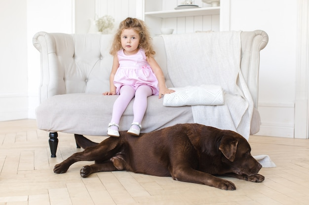 Bambina e grande cane