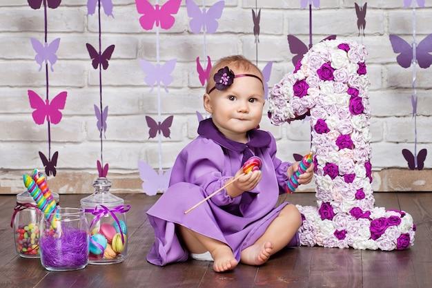 Bambina che celebra il suo primo compleanno