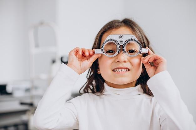Bambina che controlla la sua vista al centro di oftalmologia